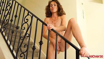 Зрелая проказница страстно мастурбирует письку на лестнице