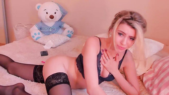Пылкая блондинка с вибратором в заднице мастурбирует киску на вебку