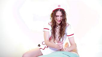 Завораживающая девушка в костюме медсестры дрочит любовнику